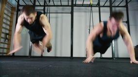 Atleti sincroni di spinta-due stock footage