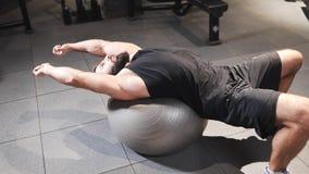 Atletic mężczyzna rozciąga mięśnie przy gym po trenować, relaks silny powerlifter przy, po tym jak siła ćwiczy zbiory wideo