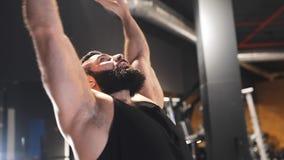Atletic silny mężczyzna rozciąga mięśnie przy gym po trenować, relaks silny, po tym jak siła ćwiczy zbiory wideo