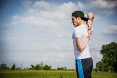 Atletico, giovane di misura all'aperto nel fare del paese Immagine Stock Libera da Diritti