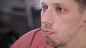 Atletisch en aantrekkelijk mensen drinkwater van een fles in de gymnastiek stock video
