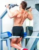 Atletisch gebouwde sportman in de gymnastiek Royalty-vrije Stock Foto's