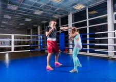 Atletisch mannetje en wijfje in sportkleding in actie het praktizeren boxi royalty-vrije stock afbeelding