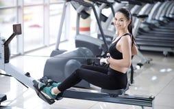 Atletisch meisje die haar lichaam I bouwen een gymnastiek royalty-vrije stock afbeeldingen