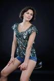 Atletisch meisje in glanzende blouse en denimborrels in de studio royalty-vrije stock foto's