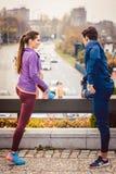 Atletisch paar die voor betere geschiktheid in de stad uitoefenen royalty-vrije stock afbeelding