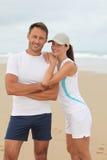 Atletisch paar op het strand stock foto