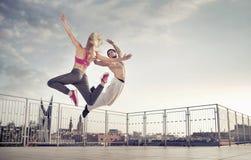 Atletisch paar tijdens de sprong opleiding royalty-vrije stock fotografie