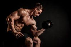 Atletisch shirtless jong mannelijk geschiktheidsmodel met domoren royalty-vrije stock afbeeldingen