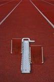 Atletisch startblok en renbaan Stock Foto's