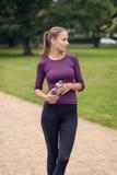 Atletisch Vrouwen Drinkwater na een Oefening stock afbeelding
