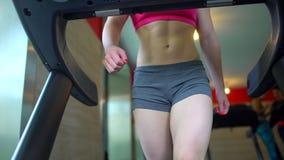 Atletische aantrekkelijke Kaukasische jonge vrouw die cardiooefening in gymnastiek doen Geschiktheidsmeisje, sportwoman in roze b stock video