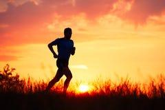 Atletische agent bij de zonsondergang royalty-vrije stock afbeelding