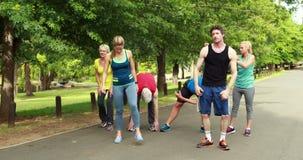 Atletische en groep die uitrekken zich lopen stock video