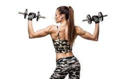 Atletische jonge dame die training met gewichten doen royalty-vrije stock foto