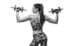 Atletische jonge dame die training met gewichten doen royalty-vrije stock fotografie