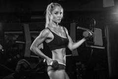 Atletische jonge dame die training met gewichten doen stock foto's
