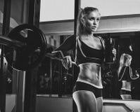 Atletische jonge dame die training met gewichten doen royalty-vrije stock afbeeldingen
