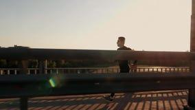 Atletische jonge mens die in de aard lopen Gezonde Levensstijl stock footage