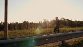 Atletische jonge mens die in de aard lopen Gezonde Levensstijl stock video