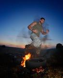 Atletische jonge mens die op stoffig gebied uitoefenen stock fotografie