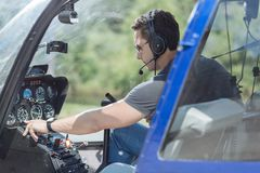 Atletische jonge mens die parameters van helikopter controleren royalty-vrije stock afbeelding