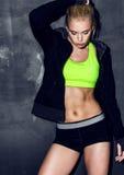 Atletische jonge vrouw Stock Foto's