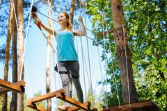 Atletische jonge vrouw die zich langs de sleep van het kabelpark bewegen stock foto's