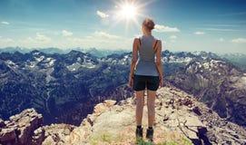 Atletische jonge vrouwenwandelaar die van de mening genieten stock foto's