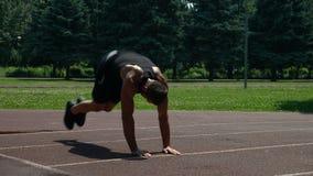 Atletische kerel die in het park uitwerken stock videobeelden