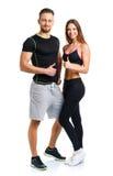 Atletische man en vrouw na geschiktheidsoefening met een vinger op o stock afbeeldingen