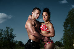 Atletische man en vrouw in openlucht stock foto