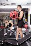 Atletische mens die met barbell werken Royalty-vrije Stock Foto
