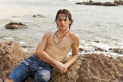Atletische mens die op het strand in Costa Rica legt. Royalty-vrije Stock Afbeeldingen