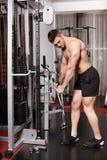 Atletische mens die zware gewichten trekken Stock Afbeelding