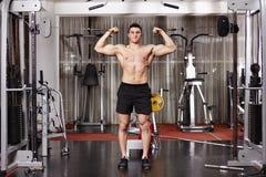 Atletische mens die zware gewichten trekken Royalty-vrije Stock Foto's