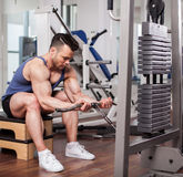 Atletische mens die zware gewichten uittrekken bij de gymnastiek Royalty-vrije Stock Foto's