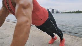 Atletische mens duw-op dichtbij de rivier stock video