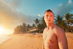 Atletische mens op het tropische strand stock foto