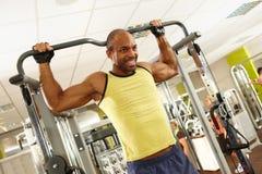 Atletische mens opleiding in gymnastiek Stock Foto