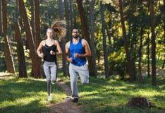 Atletische Paarjogging in Sunny Park royalty-vrije stock foto's