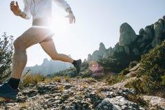 Atletische sterke de sleep ultramarathon van de mensenlooppas Royalty-vrije Stock Fotografie