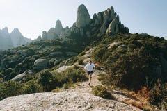Atletische sterke de sleep ultramarathon van de mensenlooppas Stock Fotografie