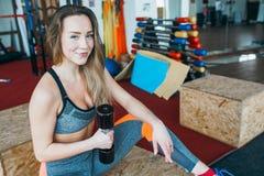Atletische vrouw die oefeningen in de gymnastiek doen royalty-vrije stock afbeeldingen