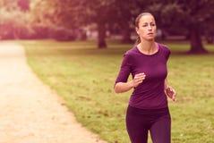 Atletische Vrouw in het Runnen van Oefening bij het Park royalty-vrije stock fotografie