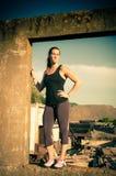 Atletische vrouw in industrieel kader Royalty-vrije Stock Foto's