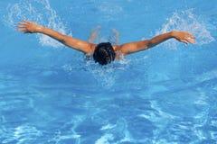Atletische vrouwelijke zwemmer Stock Foto's