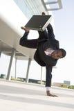Atletische zakenman buiten bureau Royalty-vrije Stock Foto's