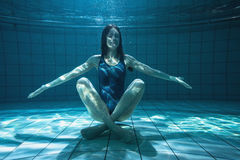 Atletische zwemmer die bij camera glimlachen onderwater Royalty-vrije Stock Fotografie