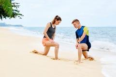 atletismo Allungamento adatto delle coppie, esercitantesi sulla spiaggia Sport, F Fotografia Stock